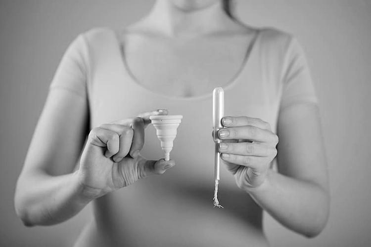 Snížení daně na menstruační potřeby by ženám ušetřilo výrazné množství finančních prostředků.